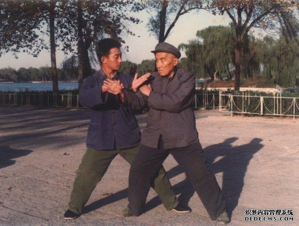 A young Jiang Jiajun pushing hands with M Hong Junsheng